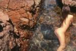 Emily Ratajkowski, una sirena nuda in mezzo alle rocce - Foto