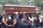 Lacrime e applausi per il clochard bruciato vivo a Palermo, le immagini dal funerale