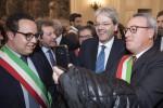 Gentiloni durante un incontro al Comune di Catania