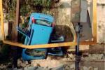 Auto abbatte muretto e precipita a Sciacca: illesi