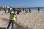 Palermo, studenti e volontari ripuliscono la spiaggia di Mondello - Video