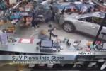Suv a tutta velocità sfonda la vetrina di un negozio - Video