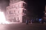 """""""Vampe"""" di San Giuseppe a Palermo. Sassi contro la polizia, spenti almeno 30 roghi - Video"""
