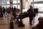 """""""Il barbiere di Siviglia"""" al piano e lo show è servito: l'originale performance all'aeroporto di Palermo"""