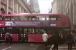 Inversione (tutta da ridere) a Londra: bus a due piani rimane incastrato