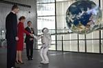 Filippo e Letizia a Tokyo: la regina di Spagna stringe la mano... ad un robot