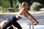 Fa ginnastica al parco: Giulia Calcaterra tutta curve in tuta