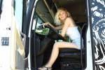 Bionda, alta e... camionista: dalla moda ai tir, Iwona realizza il suo sogno