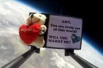 """""""Vuoi sposarmi?"""" scritto su un pallone sonda e la proposta si fa... spaziale"""
