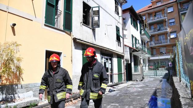 Espianto degli organi per il bimbo lanciato dalla finestra della casa in fiamme giornale di - Bimbo gettato dalla finestra ...