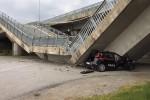 Crolla un cavalcavia, schiacciata un'auto dei carabinieri
