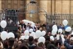 L'ultimo saluto a Giulia tra gli applausi, le immagini dell'uscita della bara dalla chiesa