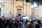 """L'Ave Maria per l'addio a Giulia, il parroco: """"Ci ha insegnato la gioia di vivere"""" - Video"""