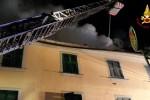 Lanciano dalla finestra il figlio di 8 anni mentre la casa brucia: è gravissimo