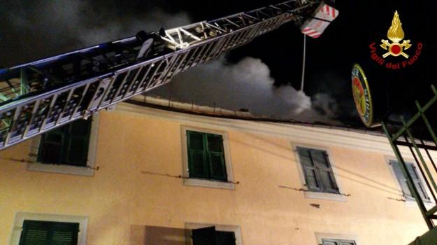 Casella, figlio, finestra, genova, Sicilia, Cronaca
