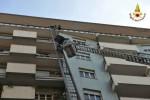 Mobile precipita dal settimo piano durante trasloco: tragedia sfiorata a Catania