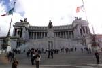 Pediluvio nella fontana di piazza Venezia, multati due turisti a Roma