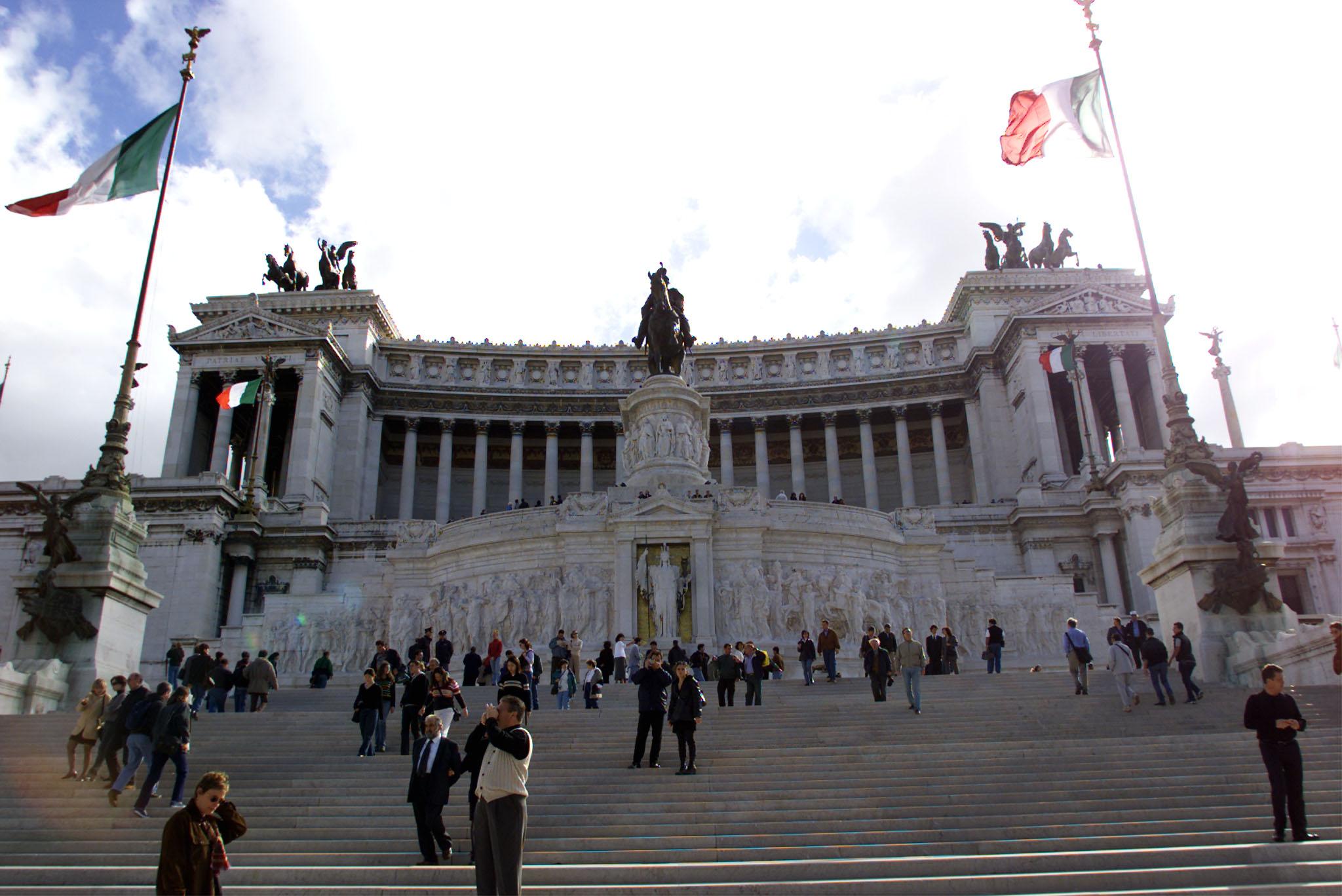 Pediluvio nella fontana di piazza venezia multati due for Fontana arredi valderice