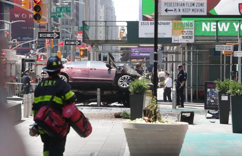Paura a new york auto sulla folla a times square un for Time square londra
