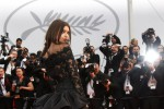 Tocco sexy a Cannes: Emily Ratajkowski in pizzo nero infiamma il red carpet
