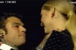 Colpo di scena sul palco, Fedez si inginocchia e chiede a Chiara Ferragni di sposarlo: il video