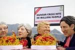 """G7, flash mob a Taormina contro il """"banchetto"""" dei Grandi della Terra: """"In 30 milioni muoiono di fame"""""""