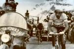Un secolo di Giro d'Italia, festa anche per la polizia: le immagini storiche