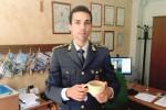 Il capitano Luigi Carluccio con un reperto