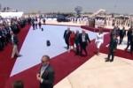 Trump cerca la mano di Melania ma la first lady la respinge: le immagini fanno il giro del mondo