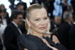 Capelli indietro e poco trucco: Pamela Anderson irriconoscibile a Cannes