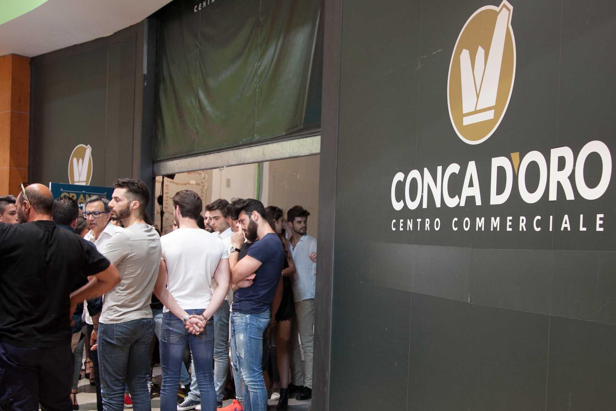 Moda in passerella a palermo: giovani sfilano al centro commerciale