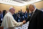 Dagli abbracci ai terremotati all'incontro con Trump: anno intenso per il Papa