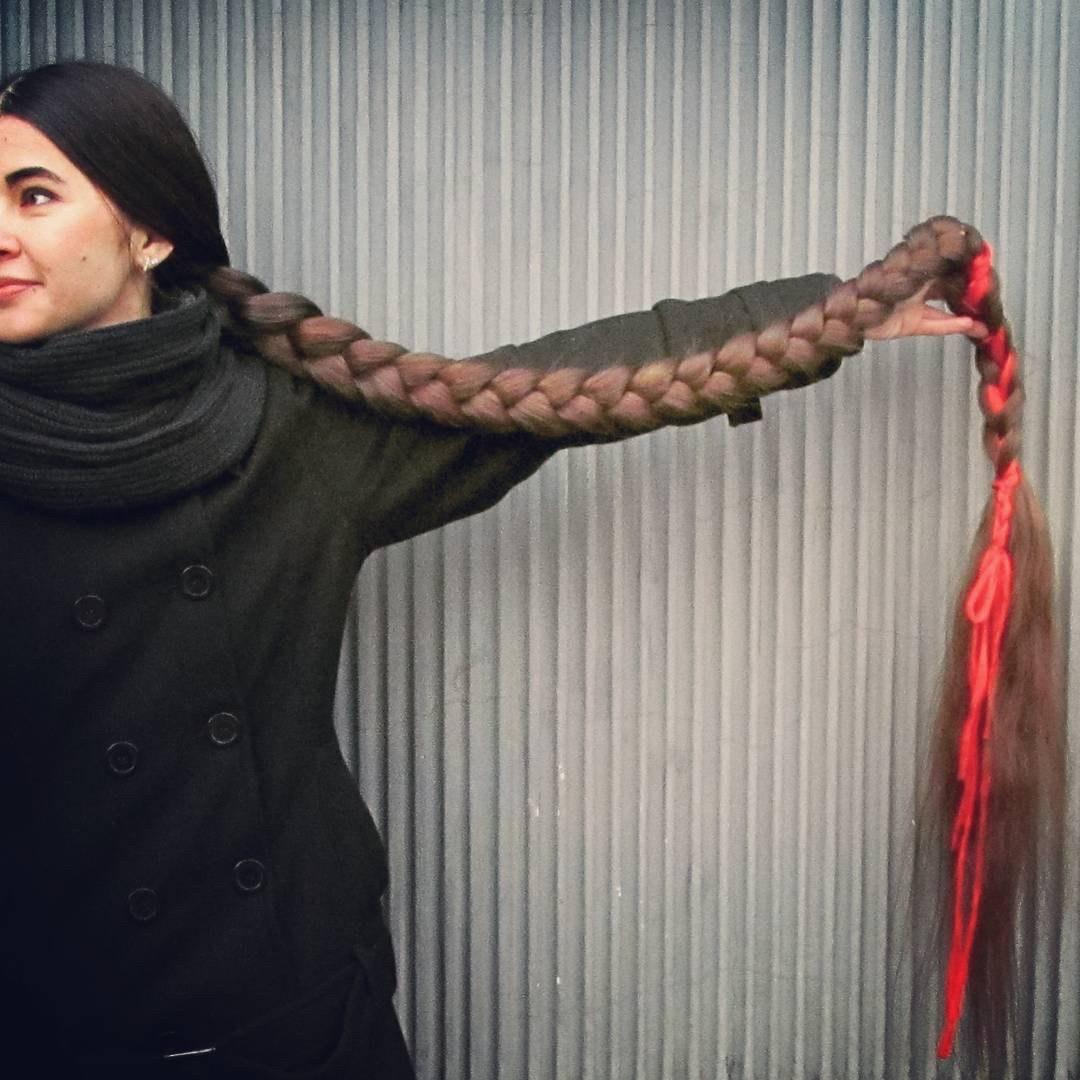 Non taglia i capelli da 20 anni  la storia di Aliia come Rapunzel - Foto -  Giornale di Sicilia 7111b3cef86f
