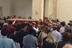 Un lungo applauso per dire addio a Fabrizio - Video