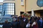 Dolore e lacrime per l'ultimo addio al muratore di Licata morto folgorato
