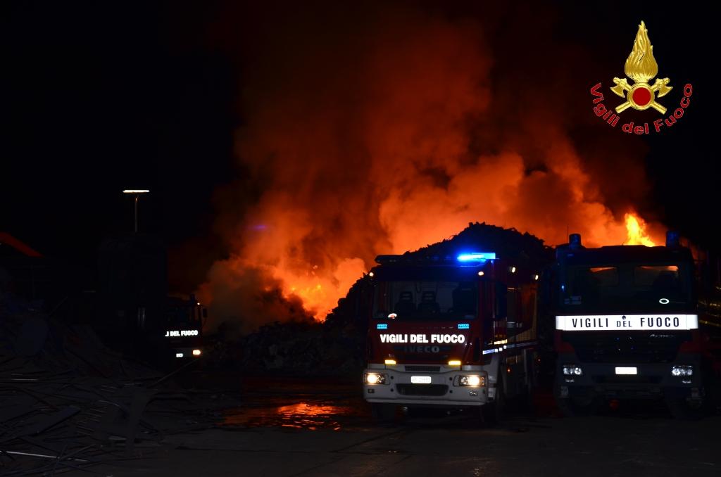 Tir carico di Gpl in fiamme, temporaneamente chiusa l'A19