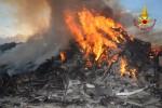 Scarti di lavorazione in fiamme, 7 squadre al lavoro: le immagini dell'incendio a Carini