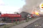 Incendio a Carini, scarti di lavorazione in fiamme per ore. Controlli sui livelli di inquinamento