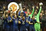 Lo United fa festa, i tifosi cantano per le vittime del terrorismo
