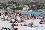 AMondello è già estate, folla di bagnanti tra sport e mare: le immagini dai lidi aperti