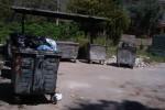 Piano Geli, cassonetti e rifiuti abbandonati davanti alla fermata dei bus - Foto