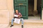 Rosolini, dipendente si incatena al Comune: «Non ho i soldi per pagare la bolletta»