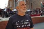 """Il sindaco di Messina Accorinti dà spettacolo al G7, sale su una sedia e urla: """"Trump, peace not war"""""""