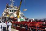 Il primo maxi sbarco dopo il G7 A Palermo arrivano 1.040 migranti A bordo anche sette cadaveri