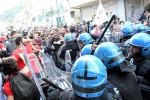 Un'immagine degli scontri nella manifestazione contro il G7 a Giardini Naxos