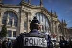 """Travolge 6 militari con l'auto a Parigi: sospettato ricoverato """"non può essere interrogato"""""""