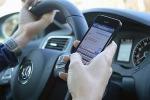 Allarme smartphone al volante, 57% under 25 lo usa per chat