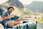 Uso dello smartphone in montagna. Foto Todor Tsvetkov iStock.