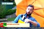 """Troppo vento durante il collegamento in tv e il conduttore meteo """"vola"""" via"""