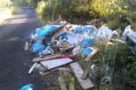 Eternit, vecchi sanitari, erbacce: discarica a cielo aperto a Mascalucia - Foto